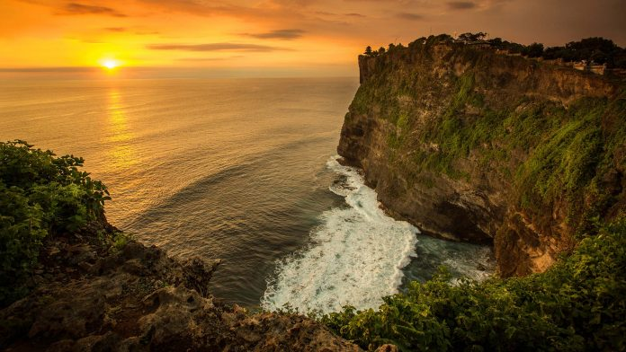 Overlooking the ocean Uluwatu Temple in Balie